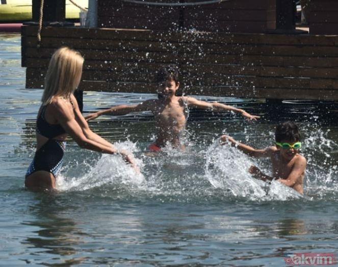 Çağla Şıkel'i mayolu görenler şok oldu! 2 çocuk annesi Çağla Şıkel, Bodrum sahilini salladı!