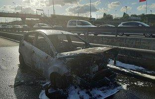 Haliç'te otomobil alev alev yandı! Trafik kilitlendi
