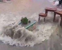 İzmir'de sokaklar göle döndü