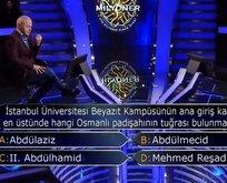 İstanbul Üniversitesi Beyazıt Kampüsü'nün ana giriş kapısının en üstünde hangi padişahın tuğrası vardır?