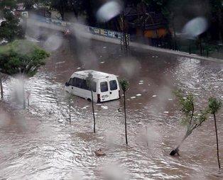 Ankara Etimesgut'ta etkili olan sağanak yağış nedeniyle yollar göle döndü! Araçlar yolda kaldı