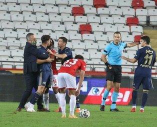 Fenerbahçe-Antalyaspor maçında ortalık karıştı! Yönetici dahi sahada...