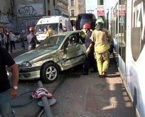 İstanbul'da feci kaza! Tramvay ve otomobil çarpıştı