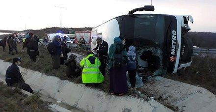 Son dakika: Kuzey Marmara Otoyolunda otobüs devrildi