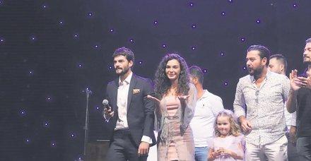 Hercai'nin yıldızları Ebru Şahin ile Akın Akınözü, 'Midyat Turizm Elçisi' unvanına layık görüldü