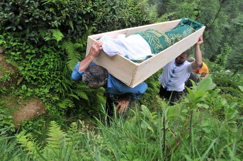 Rize'de cenazenin zorlu yolculuğu