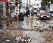 Sağanak yağış turistik ilçeyi vurdu! Sel araçları sürükledi