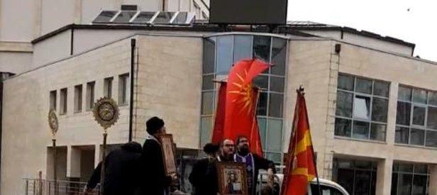 Avrupa'da papazlar Kovid-19'a karşı sokağa indi!
