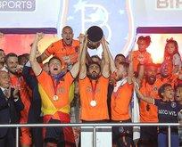 Medipol Başakşehir kupasını aldı