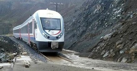 Son dakika: Erzincan-Sivas demir yolu heyelan nedeniyle ulaşıma kapandı