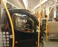 Metroya aracıyla binen adam