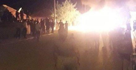 Mahalleli tacizcinin evini basıp eşyalarını sokakta ateşe verdi