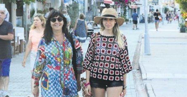Anne-kız yürüyüşte