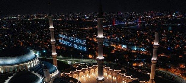 Koronavirüs nedeniyle ibadete kapalı olan Çamlıca Camii Kadir Gecesi'nde havadan görüntülendi