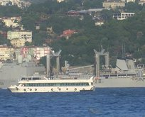 Savaş gemisi İstanbul Boğazı'nda