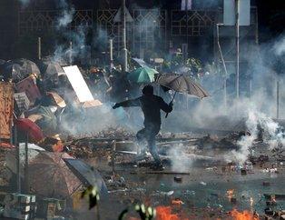 Hong Kong yine karıştı! Polislere ateşli okla saldırıyorlar!