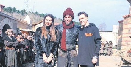 Arsenal'in yıldızı Mesut Özil, nişanlısı Amine Gülşe ile İstanbul'da 'Diriliş Ertuğrul' dizisinin setini ziyaret etti