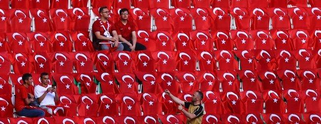 Türkiye-Fransa maçı öncesi Konya Büyükşehir Belediye Stadyumu kırmızı beyaza büründü