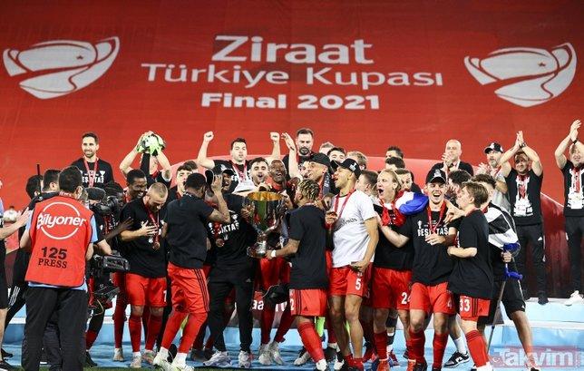 Ziraat Türkiye Kupası'nı kazanan Beşiktaş kupayı kaldırdı! İşte kutlamalardan kareler...