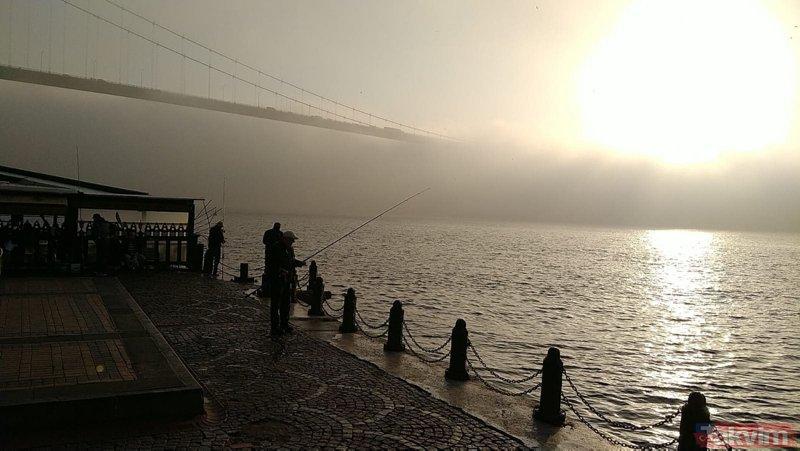 İstanbul Boğazı'nda etkili olan sis ortaya kartpostallık görüntüler çıkardı