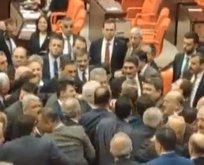 Meclis'te kavga! CHP'liler AK Partililerin üzerine yürüdü