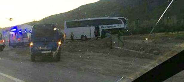 Afyon'da feci kaza! Tur otobüsü ile TIR çarpıştı