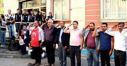 Çocuklarının dağa kaçırıldığı iddiasıyla HDP Diyarbakır İl Başkanlığı önünde oturma eylemi başlatan aileler, Barış Pınarı Harekatı'na asker selamıyla destek verdi. ile ilgili görsel sonucu