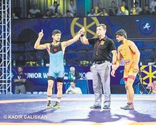 Kerem Kamal 60 kiloda Dünya Şampiyonu oldu