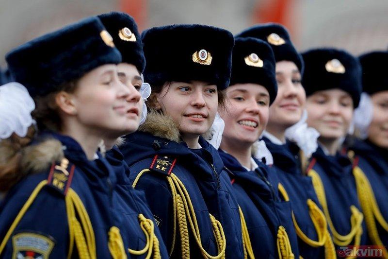 Kızıl Meydan'da renkli görüntüler! Sovyet askerleri prova yaptı