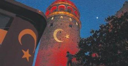 İstanbul'da milli maç heyecanı! Tarihi simgeler kırmızı beyaza büründü