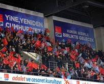 CHP kurultayı krizle başladı! Salonu terk etti