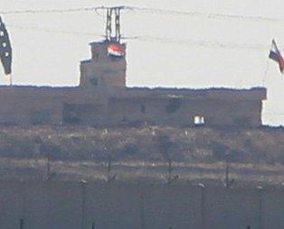 Kamışlı'da terör örgütü PKK/YPG'nin kullandığı sözde karakolda rejim bayrağı!