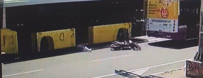Şişli'de 2 otobüsün arasına giren motosikletli metrelerce sürüklendi