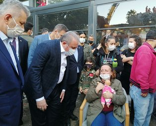 İzmir'de en acı bekleyiş: Kızlarını oyuncaklarına sarılarak bekliyor