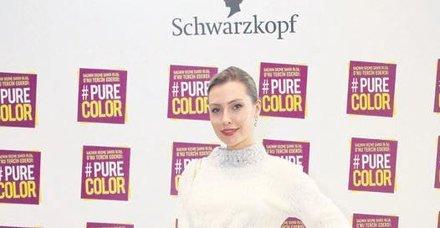Serdar Ortaç'ın eşi Chloe Loughnan beyaz kıyafetiyle büyüledi