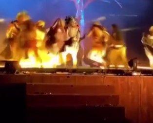 Sahnedeki sanatçılara bıçaklı saldırı!