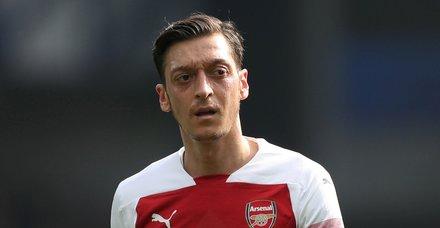 Mesut Özil'in bu hareketi İngiltere'de gündem oldu
