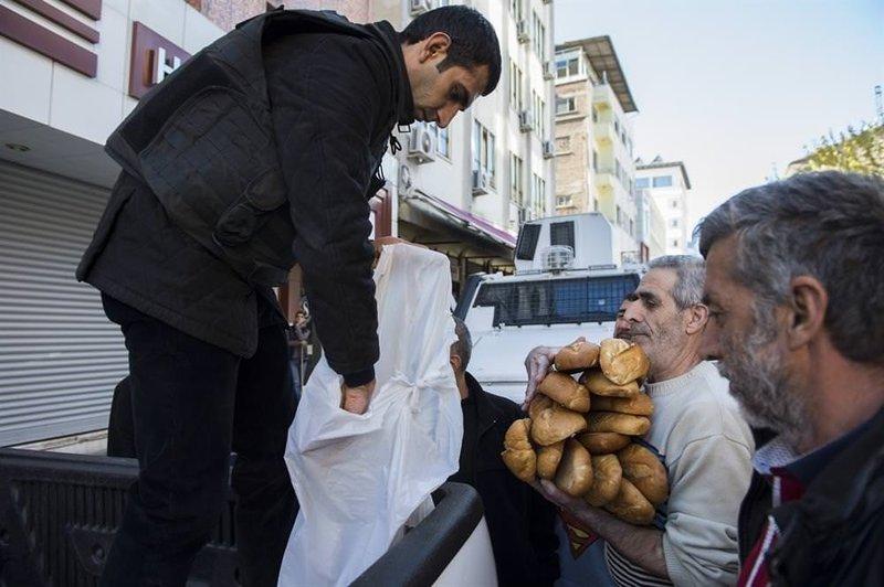 Özel harekat ekmek dağıttı
