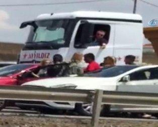 Trafikteki sürücülerin akılalmaz kavgası!