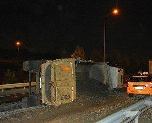 İstanbul Kağıthane'de hafriyat kamyonu devrildi! 1 yaralı