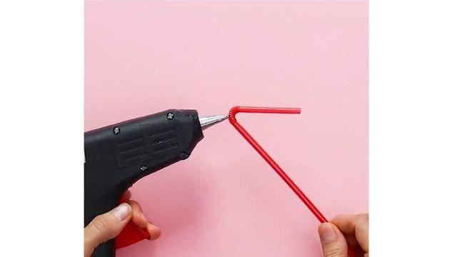 Öyle bir işe yarıyor ki... Diş fırçasına pipet, cep telefonuna çorap!