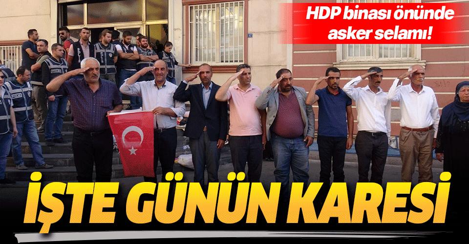 HDP önündeki ailelerden Barış Pınarı Harekatı'na 'asker selamlı' destek