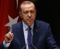 Fransa'daki Türkler Erdoğan'a hakaret eden derginin afişlerini indirdi