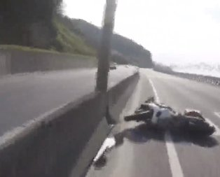 Zonguldakta 160 kilometre hızla giderken motosikletten düştü