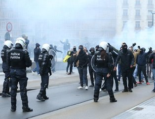 Brüksel'de göç karşıtı gruba polis müdahalesi