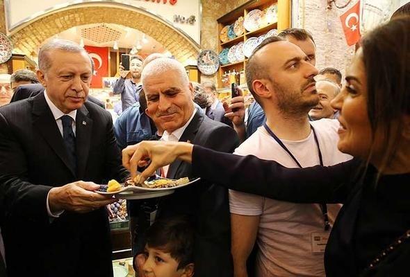 Cumhurbaşkanı Erdoğan Mısır Çarşısı'nı gezdi
