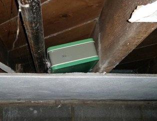 35 yıllık bir evi satın aldı, tavan arasında çanta buldu! Çıkanları görünce şoke oldu!