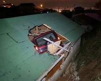 Otomobil çatıdan eve girdi mahalleli ayağa kalktı