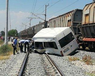Yük treni servis minibüsüne çarptı! Ölü ve yaralılar var