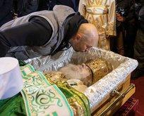 Patrik İrinej'in naaşını öptüler